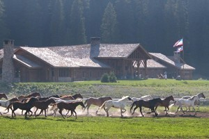 Brooks Lake Lodge, Guest Ranch & Spa - Dubois :: Arrive by dogsled or snowmobile to this luxury mountain retreat. All-inclusive, 3-night min., restaurant/bar, hot tub & spa. Near the best snowmobiling in the area.