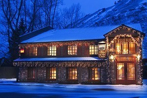 Inn on the Creek - Top Rated on TripAdvisor :: Nestled on Flat Creek, yet steps from Jackson Town Square and the Ski Shuttle, the Inn is renowned for its picturesque setting, impeccable service and affordable luxury.
